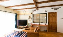 大きな内窓やむき出しの煉瓦を表現した塗壁