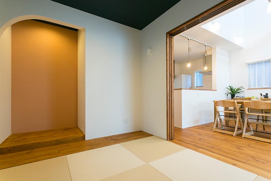 洗面台の隣に造作の棚をリビングとつながる和室空間