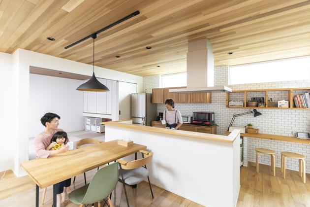 天井の天然木材がこだわりポイントのアイランドキッチン