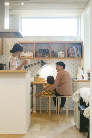 キッチン横の家族共有スタディスペース