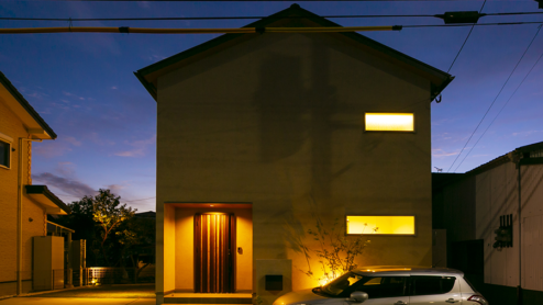 スッキリな三角屋根の外観