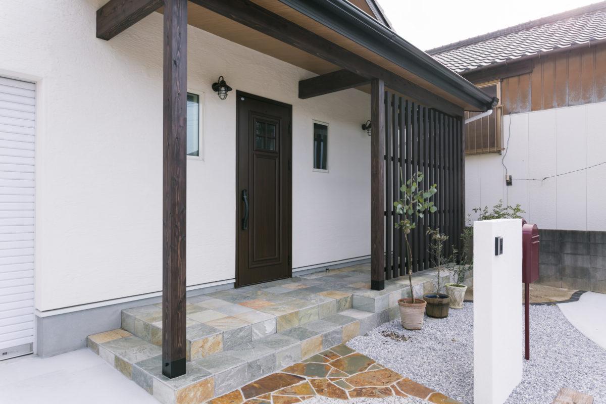 ビルトインガレージのある玄関前の木格子がアクセントの平屋室内画像2