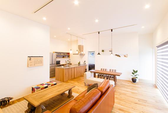 リビング間取り事例②:勾配天井の大空間リビング 室内画像1