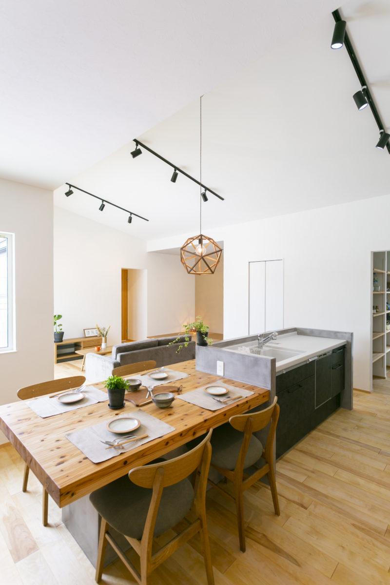 造作タイニングテーブル&カウンターがお洒落な平屋画像4